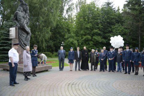 В День памяти и скорби сотрудники, ветераны УФСИН и специалист отдела по работе с заключенными ДУМ Москвы возложили цветы к памятникам Великой Отечественной войны