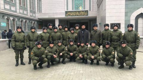Военнослужащим из Узла связи Главного командования ВВ РФ провели экскурсию по Московской Соборной мечети.